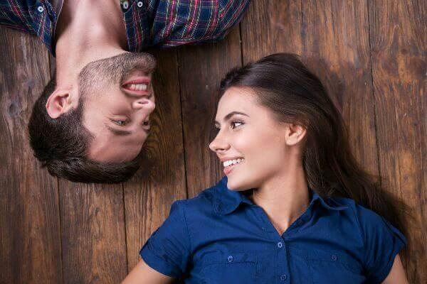 النظرات المتبادلة من علامات الحب - لغة العيون - لغة الجسد